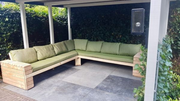Stoere hoek loungebank met groene kussens voor in de tuin   stoerhout-hetgooi.nl