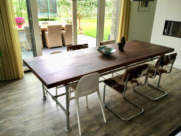 Stoere op maat gemaakte eettafel voor 10 personen met stalen buizenframe   stoerhout-hetgooi.nl