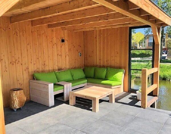 Maatwerk hoek loungebank van Douglashout met groene kussens   Stoerhout-hetgooi.nl