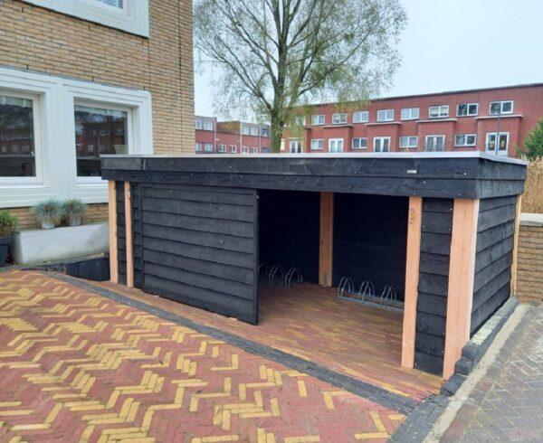 Op maat gemaakt fietsenhok met afsluitbare schuifdeuren   Stoerhout-hetgooi.nl