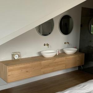 Op maat gemaakte eikenhouten badkamermeubel met 3 lades en 2 waskommen | stoerhout-hetgooi.nl