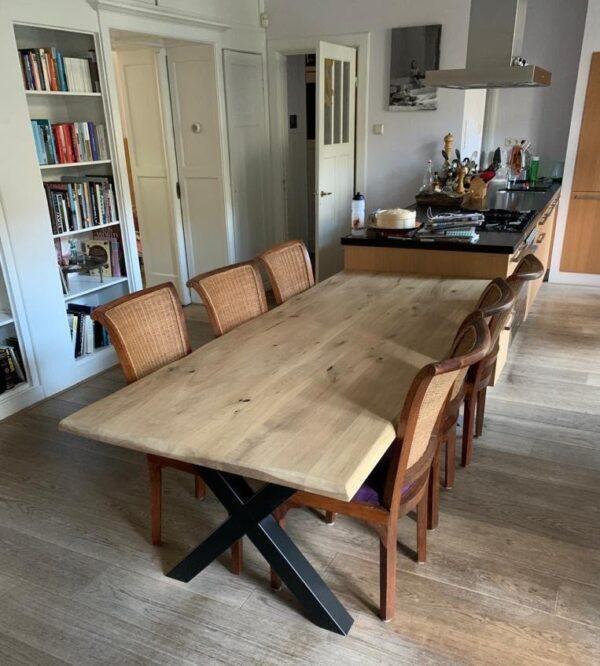 Op maat gemaakte eiken eettafel met schorsranden en zwart stalen onderstel   stoerhout-hetgooi.nl