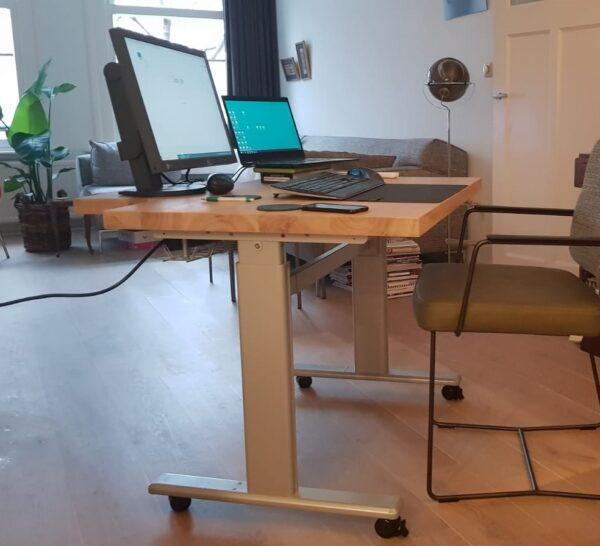 Op maat gemaakt verrijdbaar hoog laag bureau   Stoerhout-hetgooi.nl