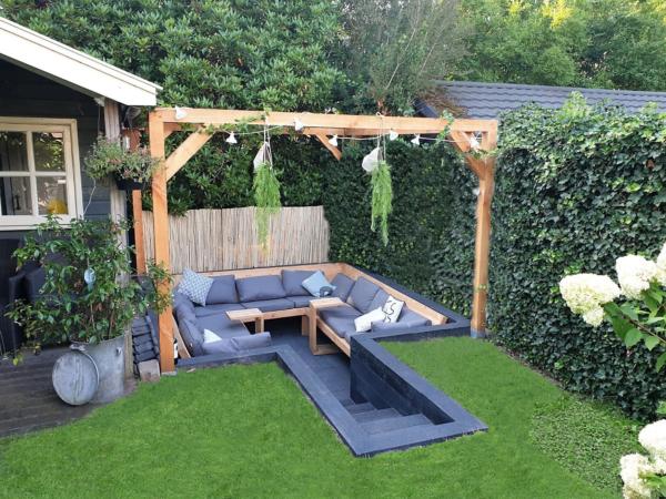Zitkuil met hoekbank van Douglas hout met pergola | stoerhout-hetgooi.nl