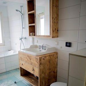 Bijzonder handgemaakt houten badkamermeubel met 2 lades en spiegel met 3 open vakken | stoerhout-hetgooi.nl