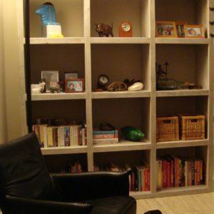 Door onze meubelmakers gemaakte hoge open vakkenkast voor in de woonkamer   stoerhout-hetgooi.nl