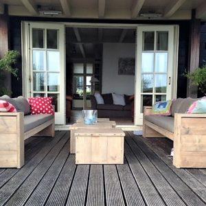 Fraaie handgemaakte houten loungeset bestaande uit 2 rechte halfopen banken en 2 bijpassende tafels | stoerhout-hetgooi.nl