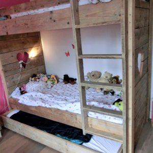 Handgemaakt houten stapelbed met extra logeerbed in de vorm van een lade   stoerhout-hetgooi.nl