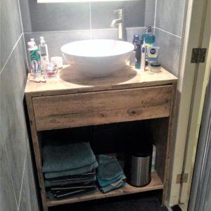 Handgemaakt inbouw badkamermeubel van gebruikt steigerhout met lade en legplank | stoerhout-hetgooi.nl