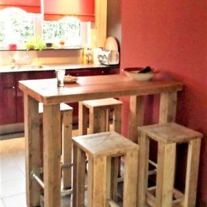 Handgemaakte houten bartafel met krukken voor in de keuken | stoerhout-hetgooi.nl