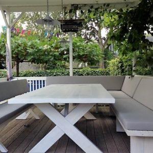 Handgemaakte houten buiten eettafel met X-poten met bijpassende houten banken | stoerhout-hetgooi.nl
