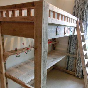 Handgemaakte houten hoogslaper met bureau | stoerhout-hetgooi.nl