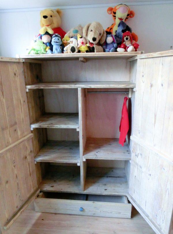 Handgemaakte houten kinderkast met legplanken en 2 deuren | stoerhout-hetgooi.nl