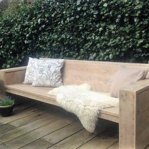 Handgemaakte houten driezits loungebank met gesloten armleuningen | stoerhout-hetgooi.nl