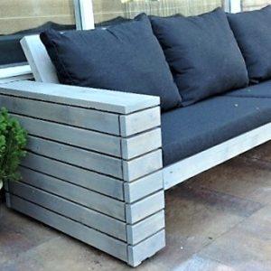 Handgemaakte houten driezits loungebank met halfopen armleuningen van latten | stoerhout-hetgooi.nl
