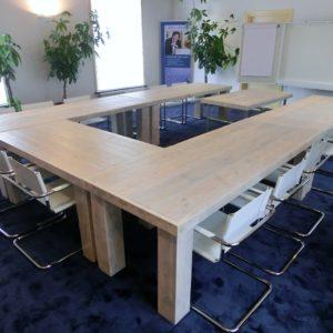 Handgemaakte houten vergadertafels in U-vorm voor 16 personen | stoerhout-hetgooi.nl