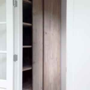 Handgemaakte inbouwkast woonkamer met schuifdeuren en legplanken | stoerhout-hetgooi.nl