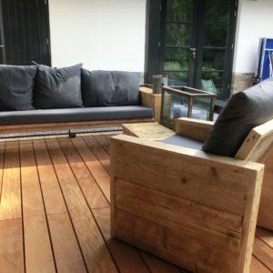 Handgemaakte korte rechte houten loungebank met bijpassende houten stoel | stoerhout-hetgooi.nl