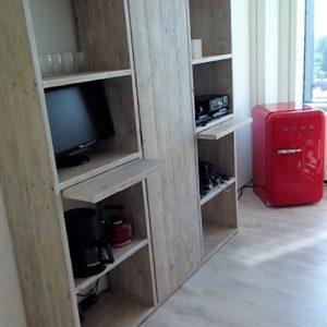 Handgemaakte muurkast met 8 vakken en legplanken met deur   stoerhout-hetgooi.nl