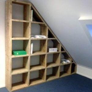 Handgemaakte schuine vakkenkast zolder met 19 vakken | stoerhout-hetgooi.nl