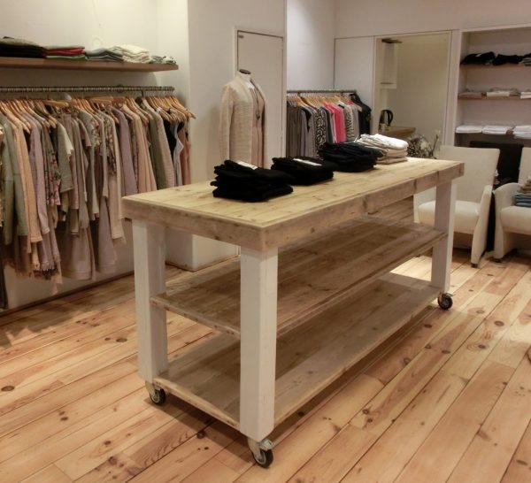 Houten handgemaakte tafel met witte houten blokpoten voor kledingwinkel | stoerhout-hetgooi.nl
