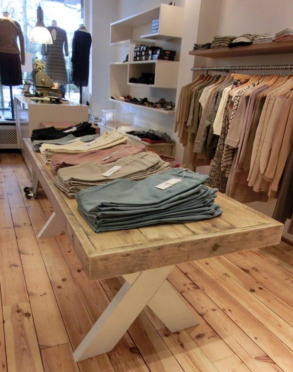 Houten handgemaakte tafel met witte houten X-poten voor kledingwinkel   stoerhout-hetgooi.nl