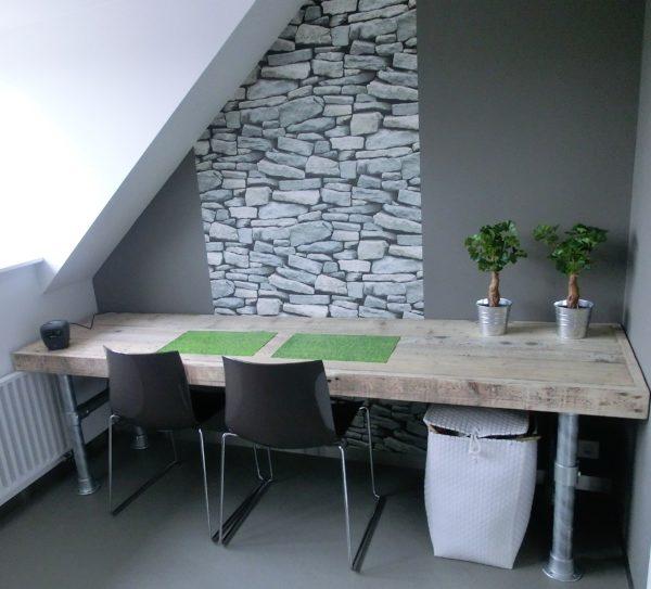 Met de hand gemaakt houten bureau met stalen buizen onderstel   stoerhout-hetgooi.nl