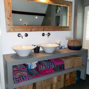Met de hand gemaakt houten open badkamermeubel met spiegel | stoerhout-hetgooi.nl