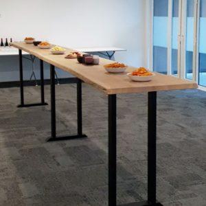 Met de hand gemaakte eikenhouten bartafel / sidetable met stalen U-poten   stoerhout-hetgooi.nl