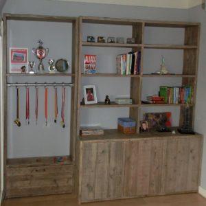 Met de hand gemaakte hoge wandkast met grote vakken, laden en deuren | stoerhout-hetgooi.nl