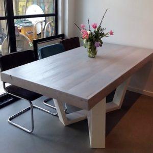 Met de hand gemaakte houten 8 persoons eettafel met gekruist trapezium wit stalen onderstel   stoerhout-hetgooi.nl