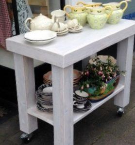 Met de hand gemaakte houten presentatietafel voor servies | stoerhout-hetgooi.nl