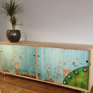 Met de hand gemaakte dressoir op wielen met 4 schuifdeuren | stoerhout-hetgooi.nl