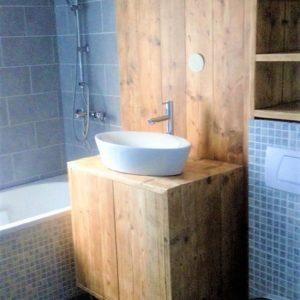 Op maat gemaakt houten badkamermeubel met 2 kastjes en houten achterwand | stoerhout-hetgooi.nl
