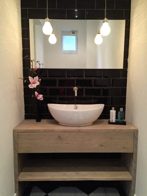 Op maat gemaakt houten inbouw badkamermeubel met lade en legplank | stoerhout-hetgooi.nl