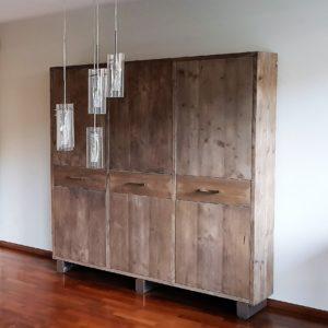 Op maat gemaakte hoge houten kast voor in de woonkamer | stoerhout-hetgooi.nl