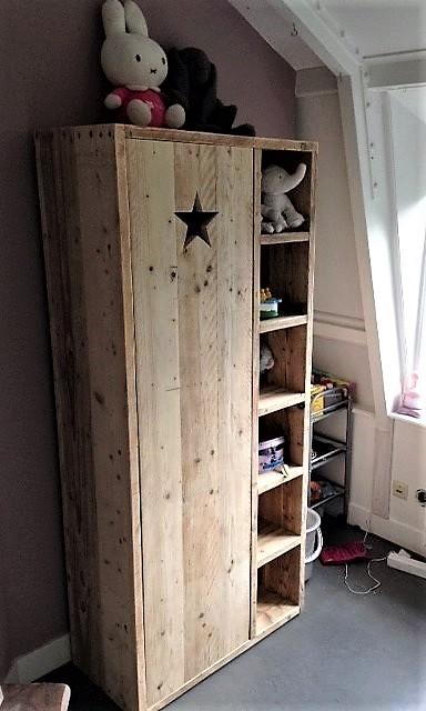 Op maat gemaakte houten kinderkast met 6 open vakken en deur met ster   stoerhout-hetgooi.nl