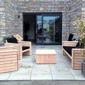 Op maat gemaakte houten loungebank met 2 bijpassende houten halfopen stoelen   stoerhout-hetgooi.nl