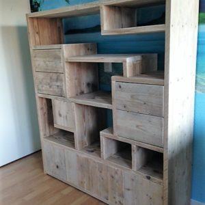 Op maat gemaakte speelse open vakkenkast, met 4 lades en 3 deuren | stoerhout-hetgooi.nl