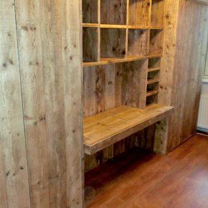 Op maat gemaakte wandkast met vakken, laden, deuren, en ingebouwd bureau | stoerhout-hetgooi.nl