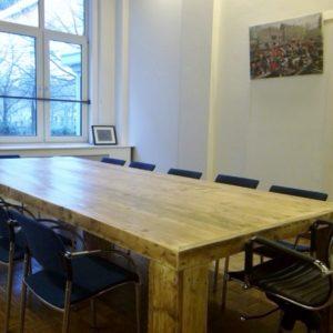 Op maatgemaakte rechthoekige houten vergadertafel met houten blokpoten | stoerhout-hetgooi.nl