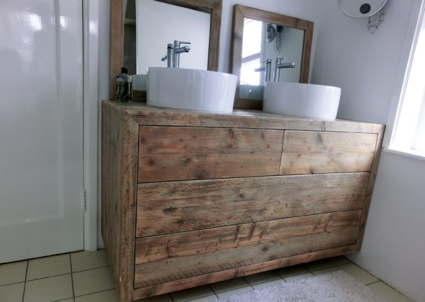 Prachtig handgemaakt houten badkamermeubel met 2 kleine, 2 grote lades en 2 spiegels | stoerhout-hetgooi.nl