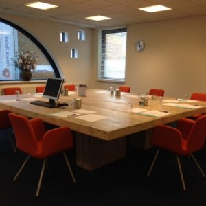 Robuuste handgemaakte vierkante houten vergadertafel voor 12 personen | stoerhout-hetgooi.nl