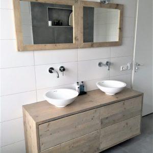 Stoer houten handgemaakt badkamermeubel met 4 lades en 2 spiegels | stoerhout-hetgooi.nl