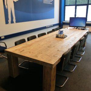 Stoere handgemaakte houten vergadertafel voor 10 personen met houten blokpoten | stoerhout-hetgooi.nl