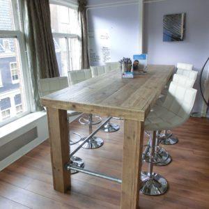 Stoere hoge houten vergadertafel met steigerbuizen frame   stoerhout-hetgooi.nl