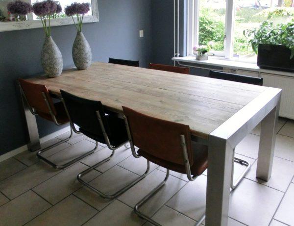 Unieke handgemaakte houten eettafel voor 6 personen met RVS tafelonderstel in blokpoot   stoerhout-hetgooi.nl
