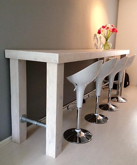 Unieke met de hand gemaakte houten bartafel met houten blokpoten en buizenframe | stoerhout-hetgooi.nl