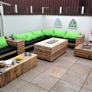 Unieke met de hand gemaakte zeer lange L-vormige houten loungebank met bijpassende tafels   stoerhout-hetgooi.nl