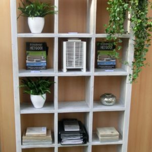Vakkundig met de hand gemaakte hoge open vakkenkast voor in de woonkamer | stoerhout-hetgooi.nl